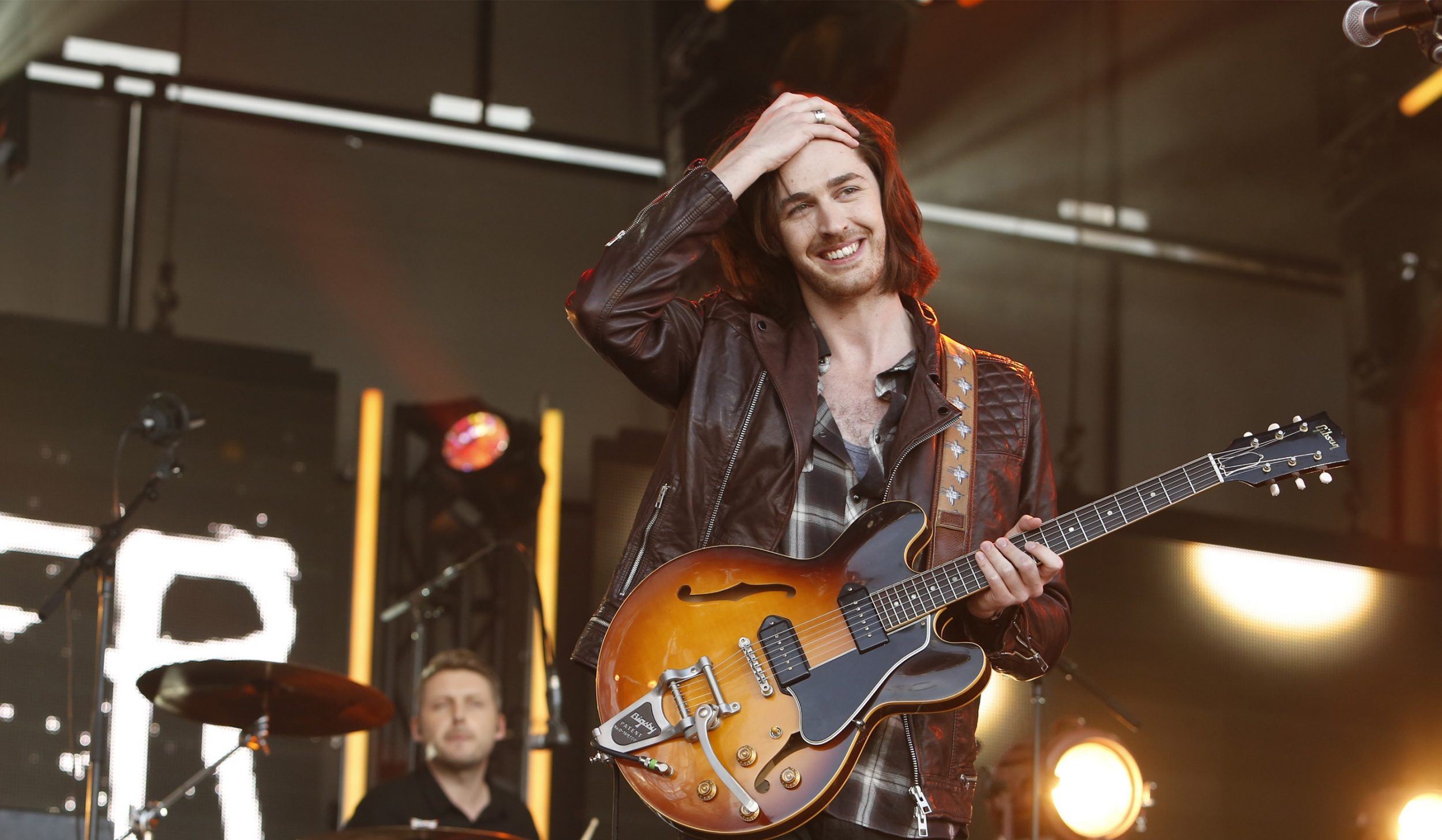 Hozier S Quot Someone New Quot Enters Top 10 At Hot Ac Radio Gwen