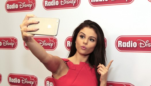 "Selena Gomez' ""Same Old Love"" Headed For Top 20 at Rhythmic, Hot AC Radio"