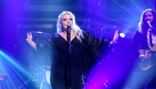 """Elle King Performs """"America's Sweetheart"""" On Fallon's """"Tonight Show"""" (Watch Now)"""