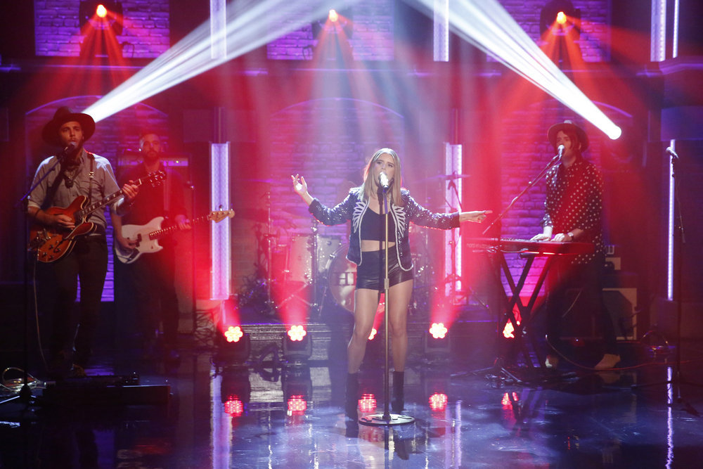 "Maren Morris Performs ""80s Mercedes"" On ""Late Night With Seth Meyers ..."