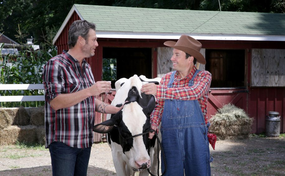 Blake Shelton makes Jimmy Fallon crack up over milking a cow