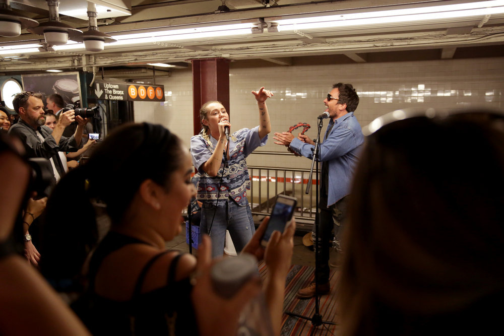 Miley Cyrus And Jimmy Fallon Went Undercover As Subway Singers!