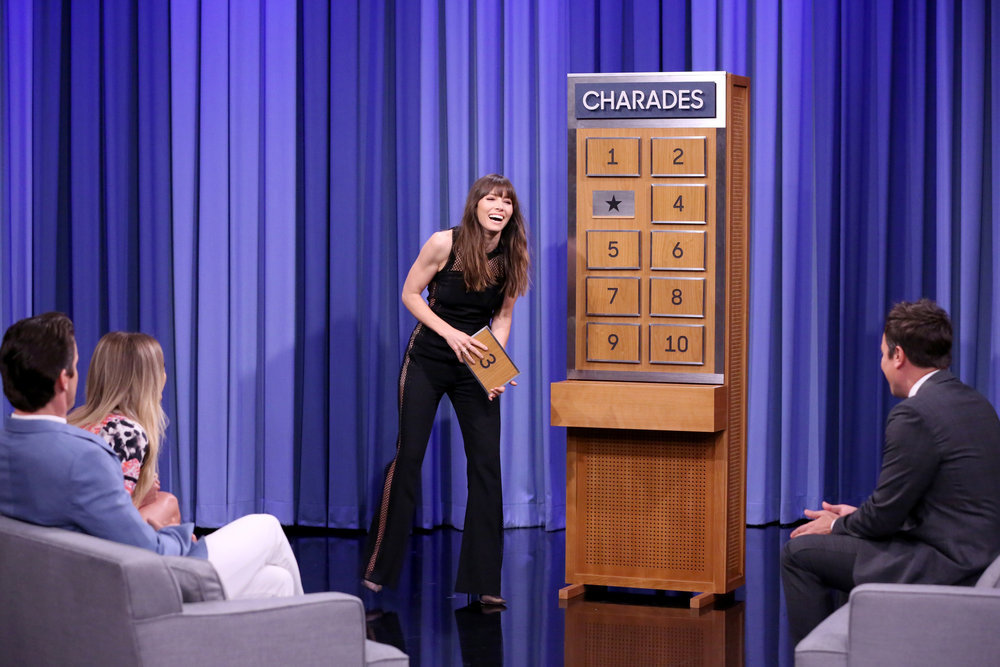 Jessica Biel, Matt Bomer & Kelsea Ballerini Play Charades on TONIGHT SHOW
