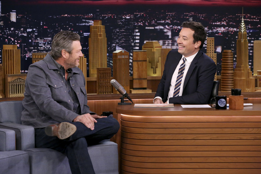 Watch Blake Shelton Sing New Song, Eat Raw Onion on 'Fallon&#39