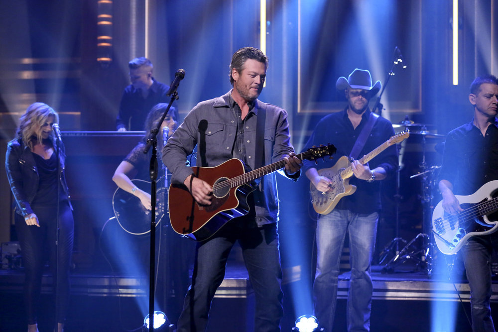 Blake Shelton Plays Caramel Apple Russian Roulette on 'Fallon&#39