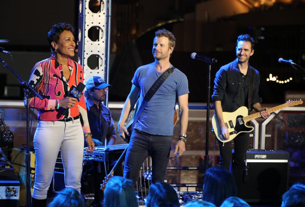 """SPECIAL - """"ALL ACCESS NASHVILLE: CELEBRATING THE CMA AWARDS WITH ROBIN ROBERTS"""" With country music fans anxiously awaiting the 50th Annual CMA Awards, ABC and """"Good Morning America"""" co-anchor, Robin Roberts, bring viewers the eighth annual pre-CMA Awards Special: """"All Access Nashville: Celebrating the CMA Awards with Robin Roberts,"""" MONDAY, OCTOBER 31, (10:00 – 11:00 pm ET) on the ABC Television Network. (ABC/Chris Hollo) ROBIN ROBERTS, DIERKS BENTLEY"""