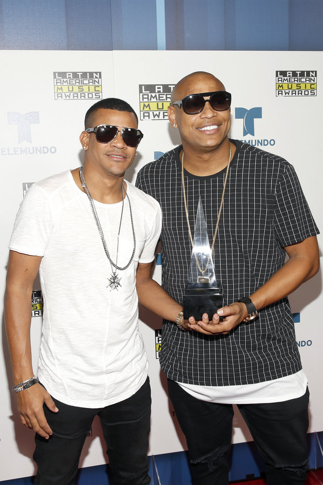 """2016 LATIN AMERICAN MUSIC AWARDS -- """"Press Room"""" -- Pictured: (l-r) Recording artists Randy Malcom Martinez and Alexander Delgado of music group Gente De Zona pose with an award backstage at the 2016 Latin American Music Awards at the Dolby Theater in Los Angeles, CA on October 6, 2016 -- (Photo by: Jesse Grant/Telemundo)"""