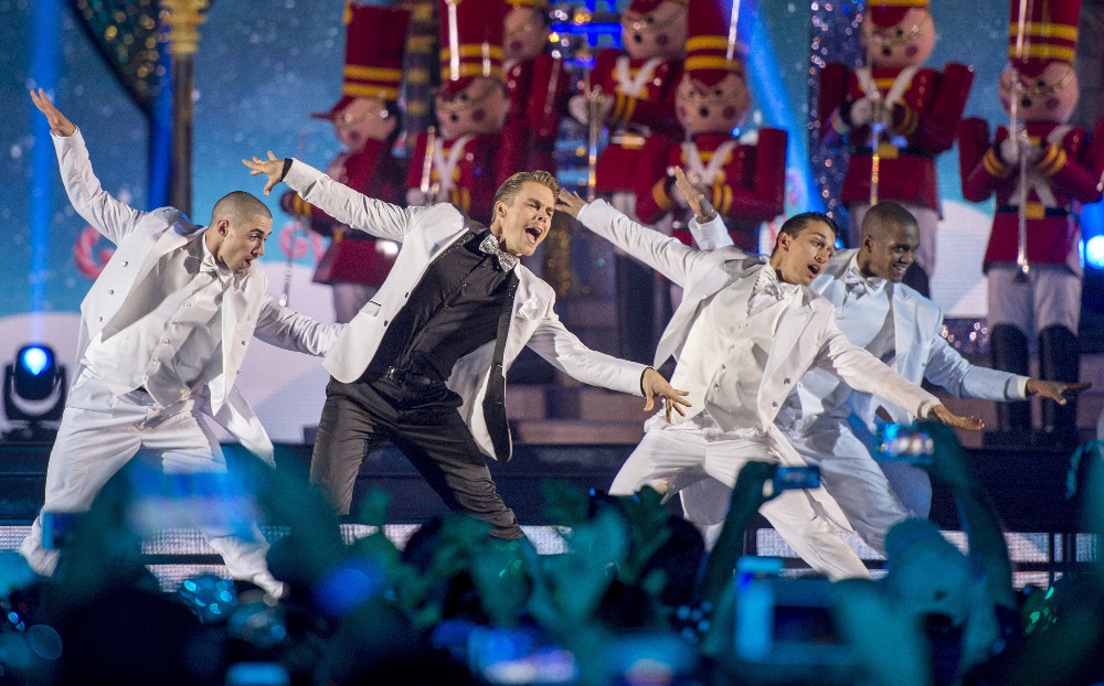 "THE WONDERFUL WORLD OF DISNEY: MAGICAL HOLIDAY CELEBRATION - ""The Wonderful World of Disney: Magical Holiday Celebration"" premieres on THANKSGIVING, THURSDAY, NOVEMBER 24 (8:00-10:00 p.m. EST) on the ABC Television Network and on the ABC app. Join Emmy Award-winners Julianne and Derek Hough as they host the magical two-hour special from the Walt Disney World Resort. They join ""Descendants 2"" star Sofia Carson to kick off the holiday season in a way only Disney can, showcasing extraordinary music performances, special appearances and some unforgettable Disney magic moments. (DISNEY/Kent Phillips) DEREK HOUGH"