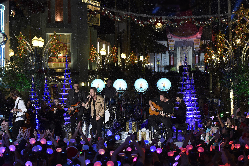 "THE WONDERFUL WORLD OF DISNEY: MAGICAL HOLIDAY CELEBRATION - ""The Wonderful World of Disney: Magical Holiday Celebration"" premieres on THANKSGIVING, THURSDAY, NOVEMBER 24 (8:00-10:00 p.m. EST) on the ABC Television Network and on the ABC app. Join Emmy Award-winners Julianne and Derek Hough as they host the magical two-hour special from the Walt Disney World Resort. They join ""Descendants 2"" star Sofia Carson to kick off the holiday season in a way only Disney can, showcasing extraordinary music performances, special appearances and some unforgettable Disney magic moments. (DISNEY/Mark Ashman) ONEREPUBLIC"