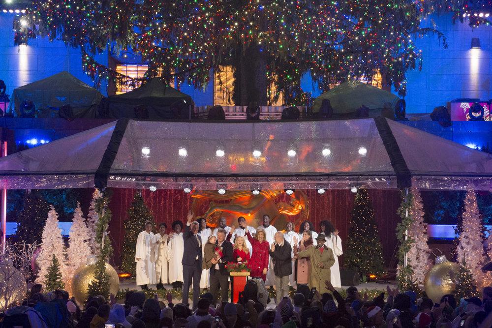 CHRISTMAS IN ROCKEFELLER CENTER 2016-- Pictured: (l-r) Mayor Bill de Blasio, Carmen Baldwin, Alec Baldwin, Kate McKinnon, Hoda Kotb, Matt Lauer, Savannah Guthrie and Al Roker during the 2016 Christmas in Rockefeller Center -- (Photo by: Virginia Sherwood/NBC)