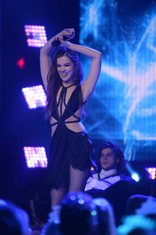 DICK CLARK'S NEW YEAR'S ROCKIN' EVE WITH RYAN SEACREST 2017 - America's biggest celebration of the year takes place on SATURDAY, DECEMBER 31, beginning at 8 p.m. EST, on the ABC Television Network. (ABC/Matt Brown) HAILEE STEINFELD
