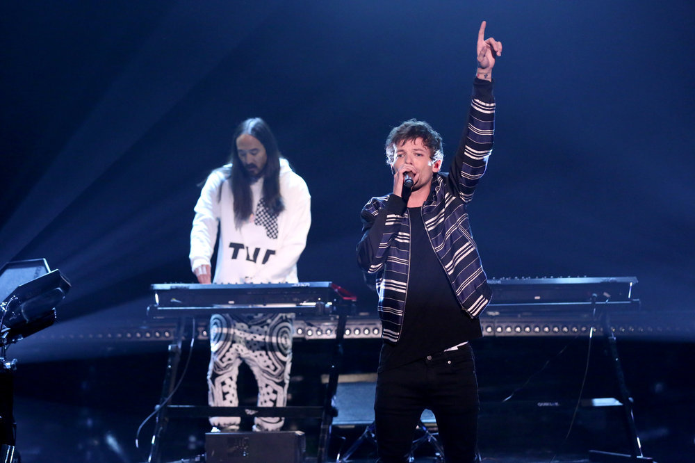 THE TONIGHT SHOW STARRING JIMMY FALLON -- Episode 0609 -- Pictured:  (l-r) Musical guests Steve Aoki and Louis Tomlinson perform on January 24, 2017 -- (Photo by: Andrew Lipovsky/NBC)