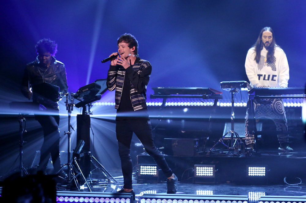 THE TONIGHT SHOW STARRING JIMMY FALLON -- Episode 0609 -- Pictured:  (l-r) Musical guests Louis Tomlinson and Steve Aoki perform on January 24, 2017 -- (Photo by: Andrew Lipovsky/NBC)