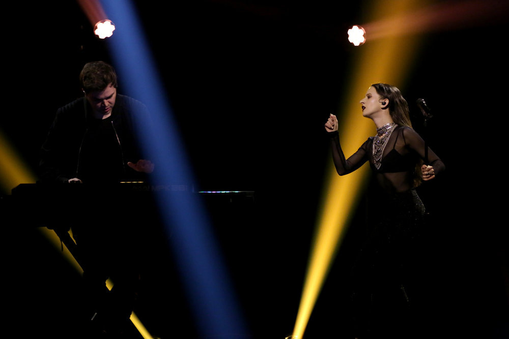 THE TONIGHT SHOW STARRING JIMMY FALLON -- Episode 0607 -- Pictured: (l-r) Jeremy Lloyd and Samantha Gongol of musical guest Marian Hill perform on January 20, 2017 -- (Photo by: Andrew Lipovsky/NBC)