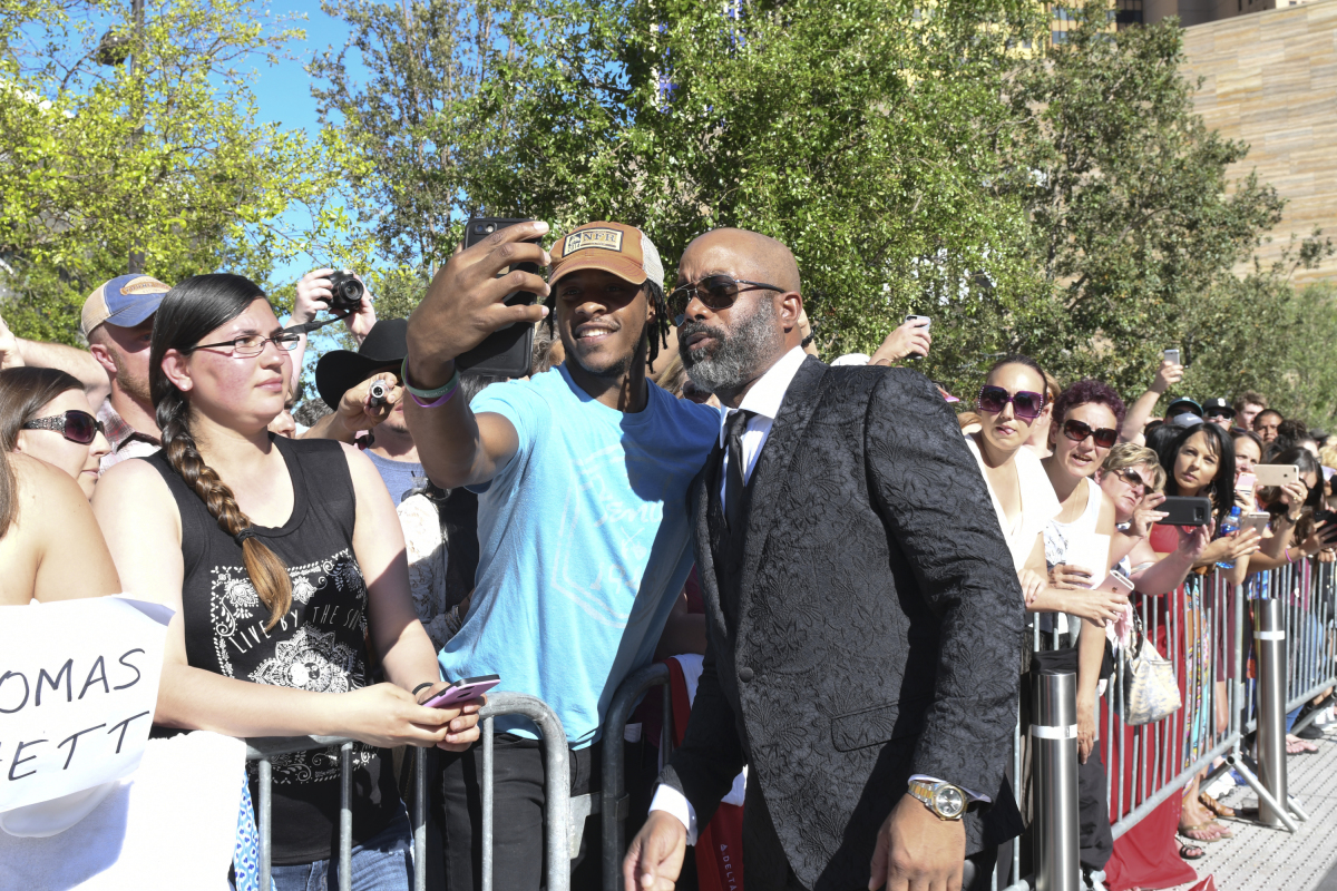 Darius Rucker poses for a photograph with a fan on the red carpet for THE 52ND ACADEMY OF COUNTRY MUSIC AWARDS®, scheduled to air LIVE from T-Mobile Arena in Las Vegas Sunday, April 2 (live 8:00-11:00 PM, ET/delayed PT) on the CBS Television Network. Photo: Michele Crowe/CBS ©2017 CBS Broadcasting, Inc. All Rights Reserved