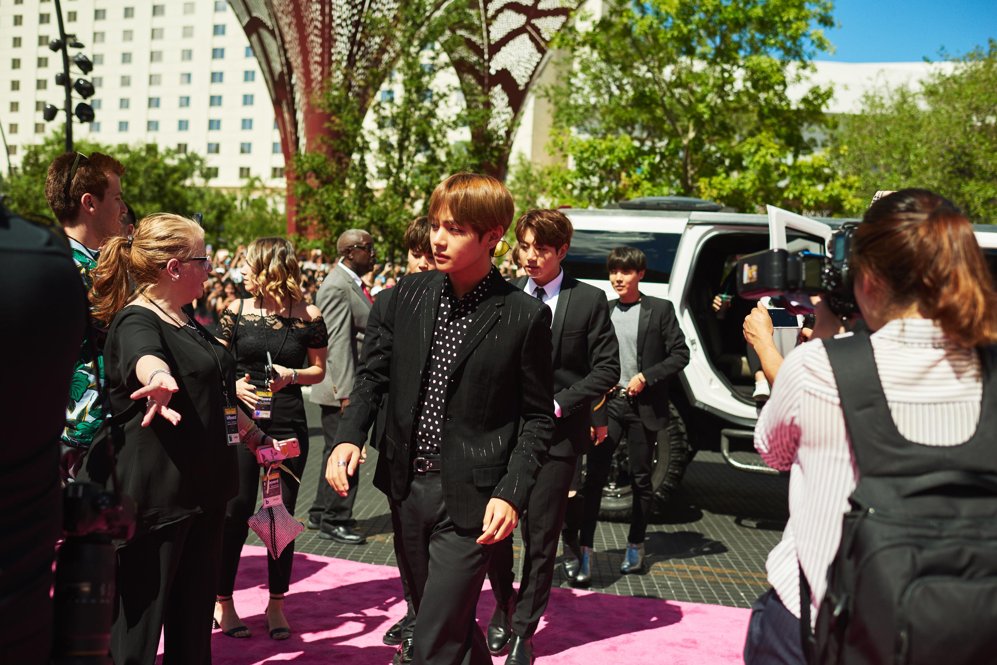 bts arrives at billboard music awards  walks magenta carpet