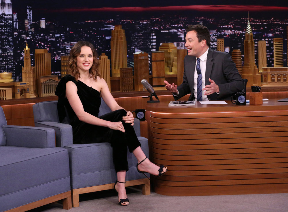 "Daisy Ridley, Tom Hiddleston, Noah Cyrus & Leon Bridges Appearing On November 25 ""Tonight Show Starring Jimmy Fallon"" - HeadlinePlanet.com"
